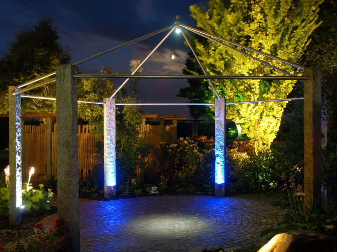 Pavillon aus Granit und Edelstahl
