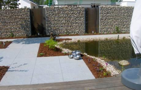 Steinzaun mit Cortenstahl als Sichtschutz im Neubaugebiet