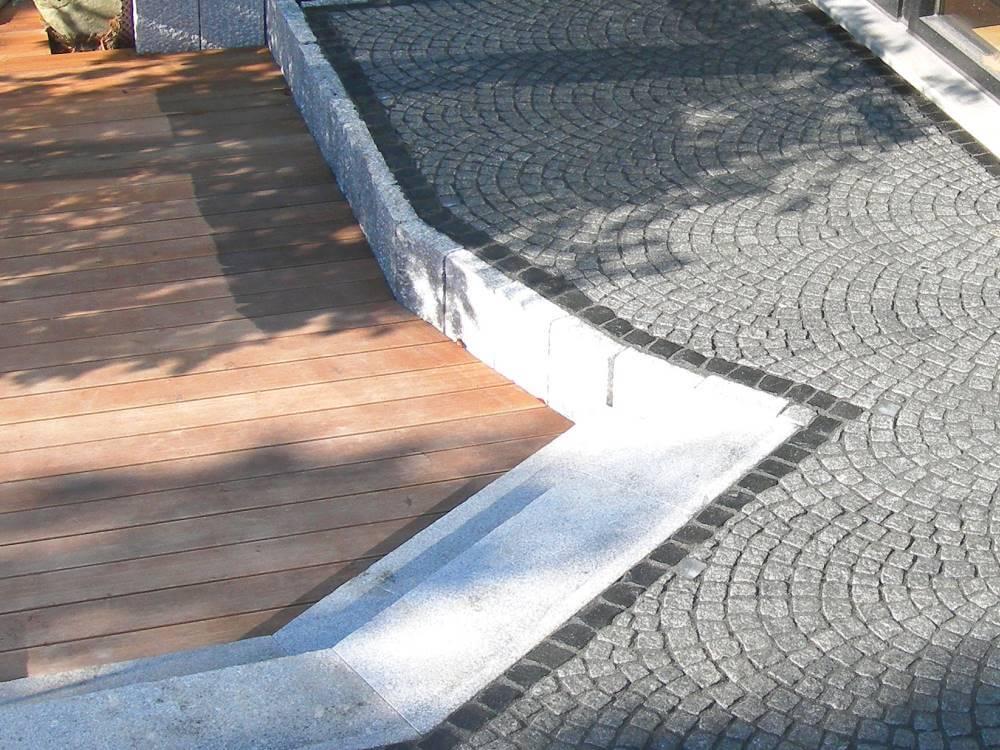 Terrassengestaltung Holz Granitpflaster