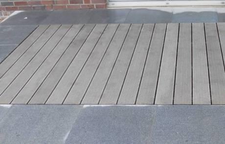Terrasse aus WPC mit dunkelgrauen Granitplatten