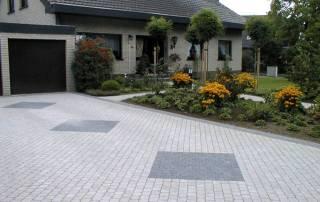 Garagenzufahrt aus Betonsteinpflaster grau nuanciert
