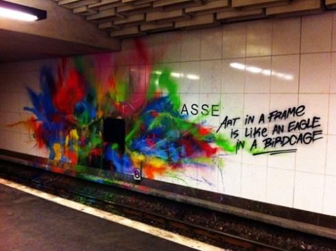 """Graffiti in einem U-Bahnhof, """"Art in a frame is like an egale in a birdcage"""""""
