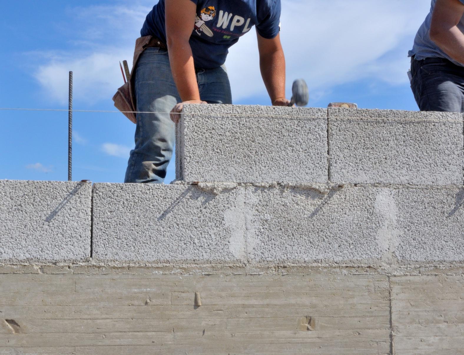 Mur En Parpaing Avantages Cout Et Les Etapes Pour Le Construire
