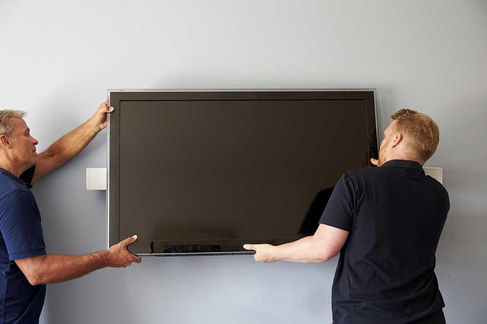 accrocher une tv au mur