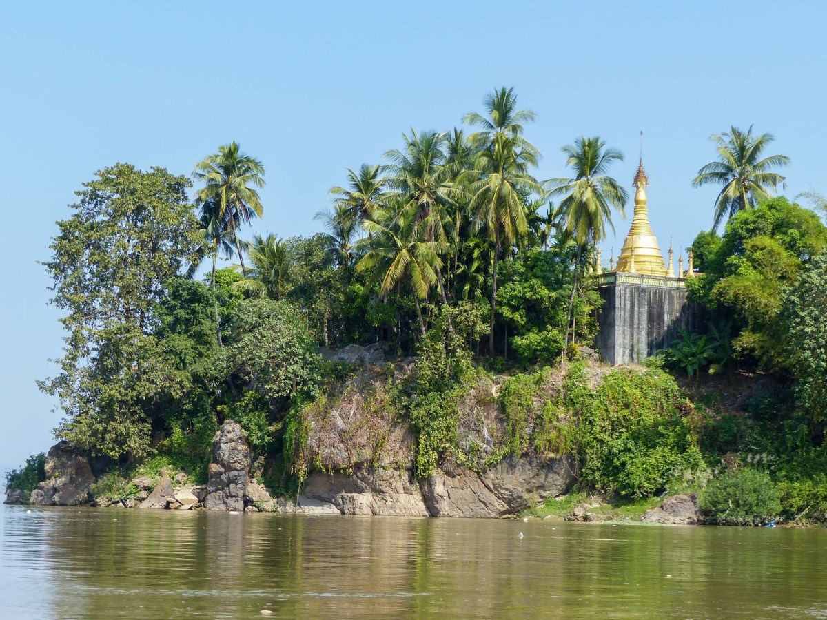 Pagodas on the river shore on our way to Hpa-An
