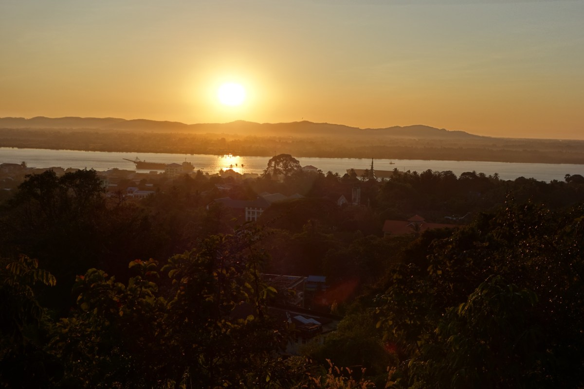 Sunset at the U Zina pagoda in Mawlamyine