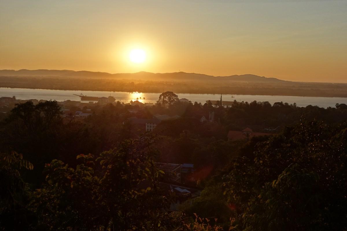 Sunset at the U Zina pagoda in Mawlamyine
