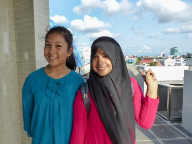 Makassar - girls at mosque Christian Jansen & Maria Düerkop