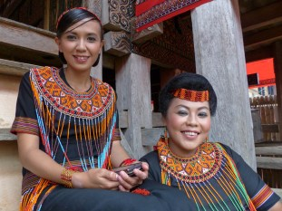 Tana Toraja Funeral Ceremony - granddaughters of the deceased in traditional clothes Christian Jansen & Maria Düerkop