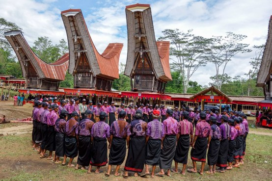 Tana Toraja Funeral Ceremony - chanting circle of village men Christian Jansen & Maria Düerkop