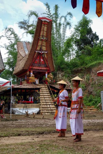 Tana Toraja Funeral Ceremony - grandchildren of the deceased in front of traditional house Christian Jansen & Maria Düerkop