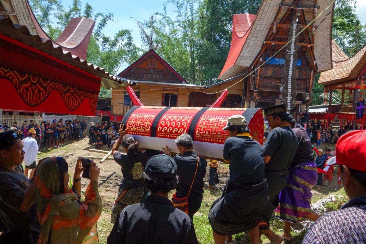 Tana Toraja Funeral Ceremony - coffin transportation Christian Jansen & Maria Düerkop