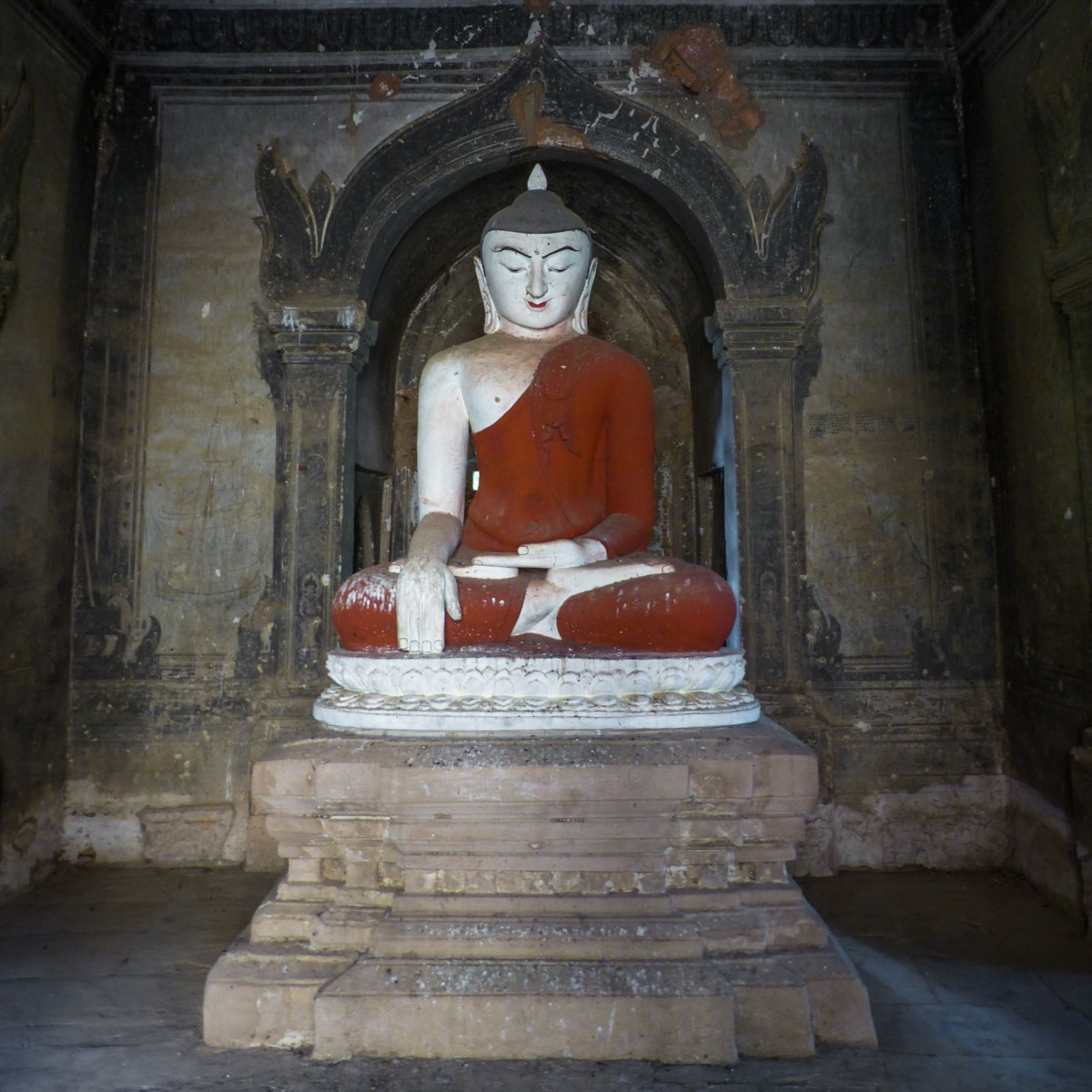 Sitting Buddha with red robe - Bagan temple Christian Jansen & Maria Düerkop