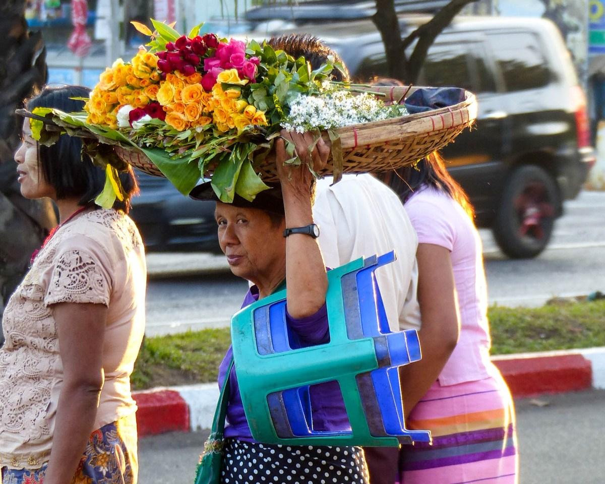 Yangon - Flower saleswoman Christian Jansen & Maria Düerkop