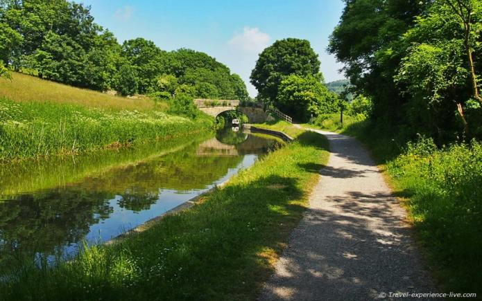 Cycling along the Avon and Kennett Canal.