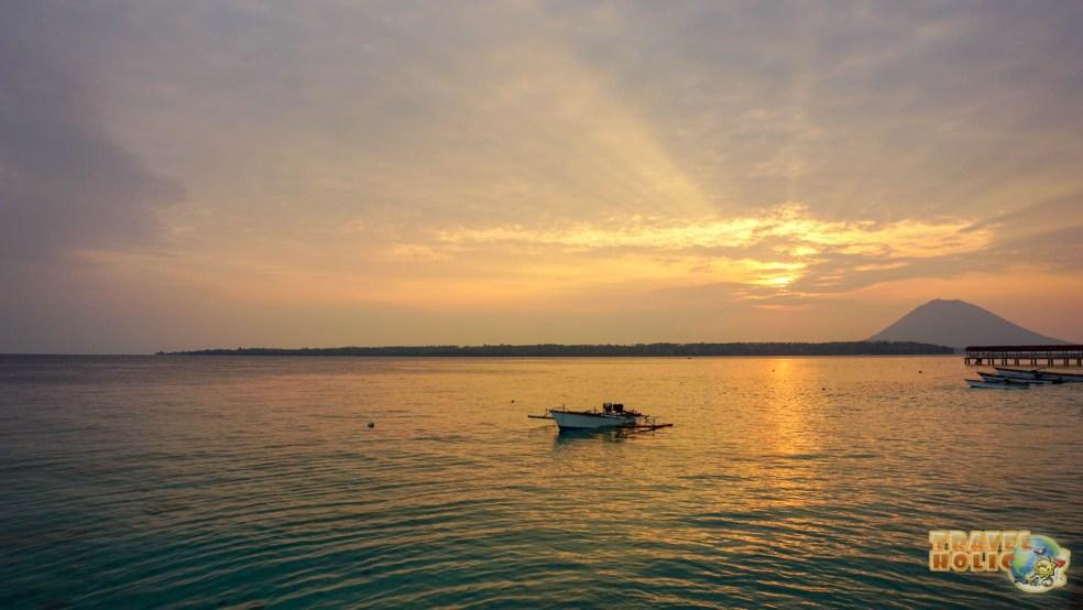 Un coucher de soleil depuis la plage du Siladen Resort & Spa