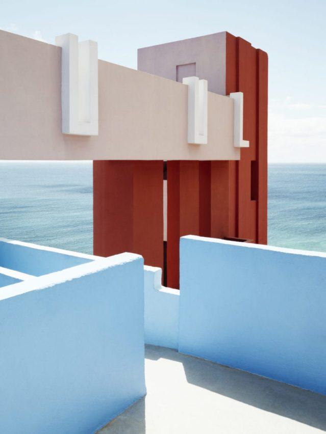 http://www.ricardobofill.com/projects/la-muralla-roja/