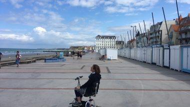 Mit dem Travelscooter auf der breiten Promenade von Wimereux