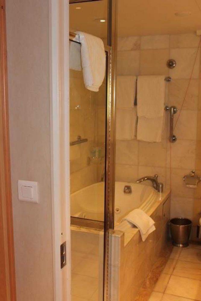 Bath Tub in a upscale cabin