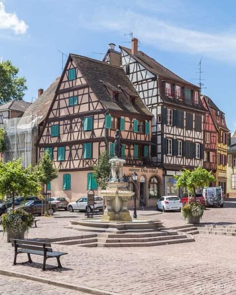 Ruas coloridas e arquitetura em Colmar