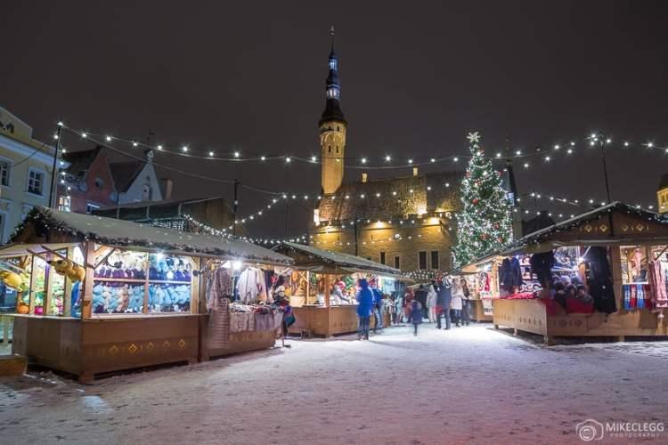 Mercado de Natal de Tallinn e neve