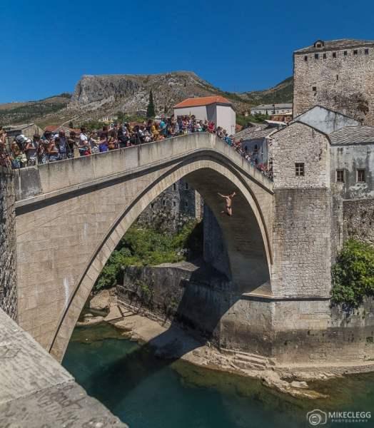 Jumpers se apresentando ao longo da Stari Most Bridge