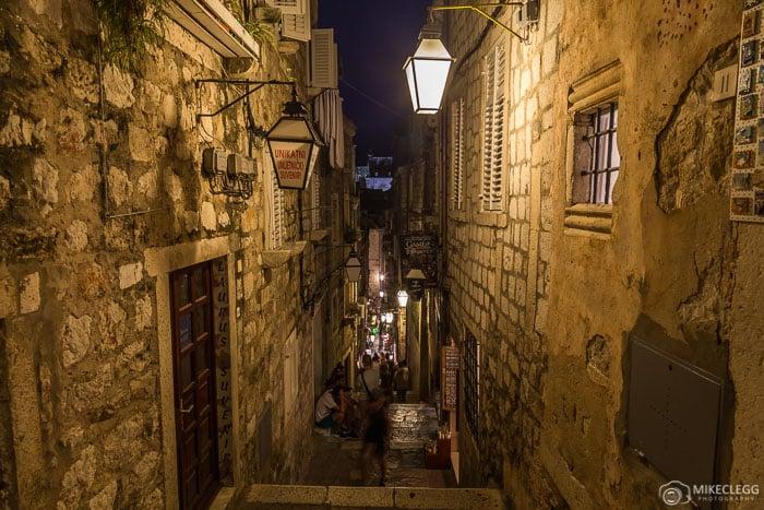 Cidade velha de Dubrovnik à noite, Croácia
