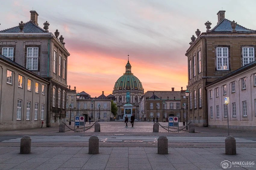 Pôr do sol de Amalienborg e da Igreja de Frederik em Copenhague