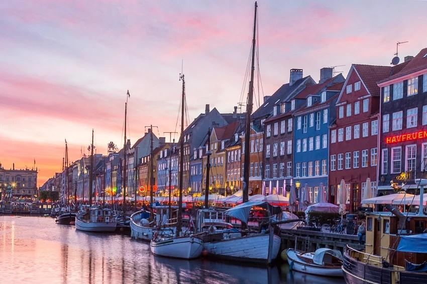 Pôr do sol colorido ao longo de Nyhavn em Copenhague