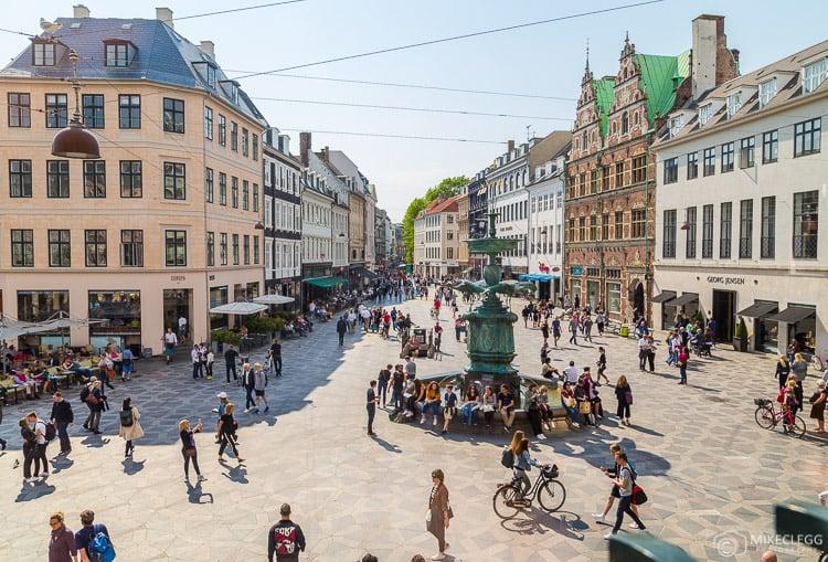 Vista da Stroget Highstreet em Copenhagen durante o dia