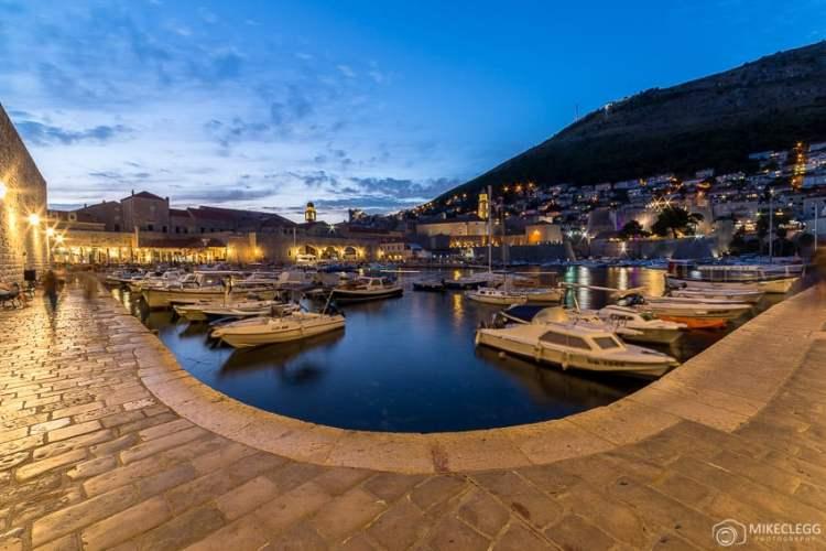 Porto da Cidade Velha de Dubrovnik à noite