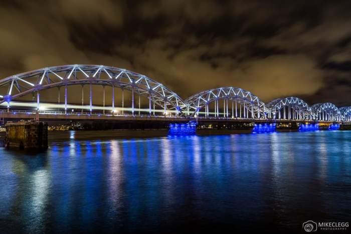 Ponte ferroviária de Riga à noite