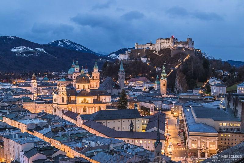 Horizonte de Salzburg durante a hora azul