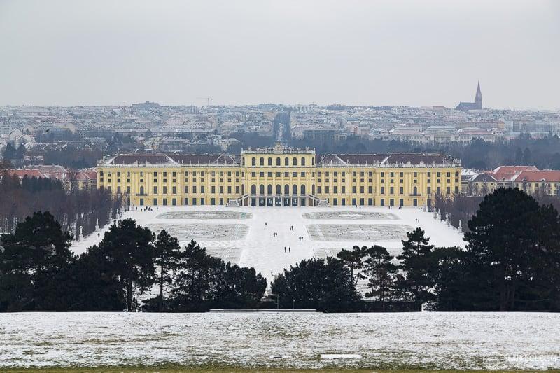 Palácio de Schönbrunn no inverno com neve