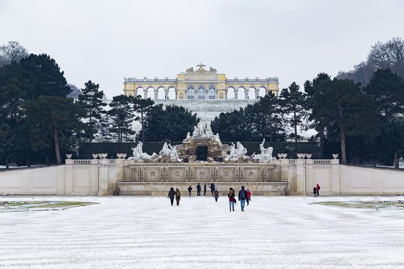 Parque Schönbrunn e Gloriette no inverno com neve