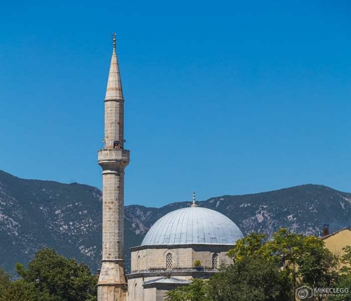 Alguém tirando fotos do minarete da mesquita Koski Mehmed Pasha