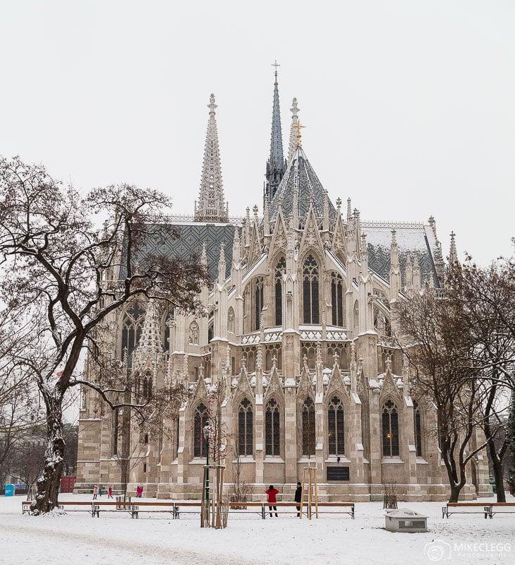 Igreja Votiva em Viena no inverno com neve