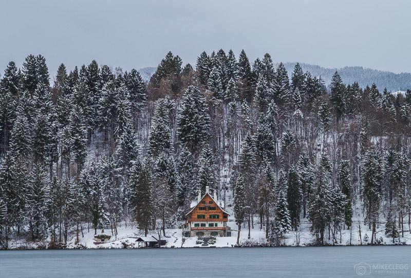 Edifícios ao longo do Lago Bled no inverno
