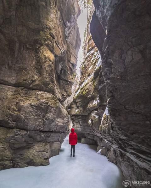 Caminhadas no gelo em Maligne Canyon no inverno
