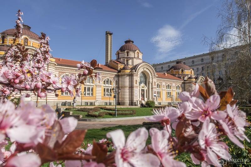 Museu de História Regional de Sofia durante a primavera