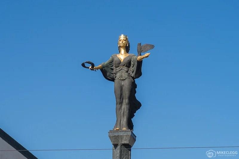 Estátua de Sveta Sofia durante o dia