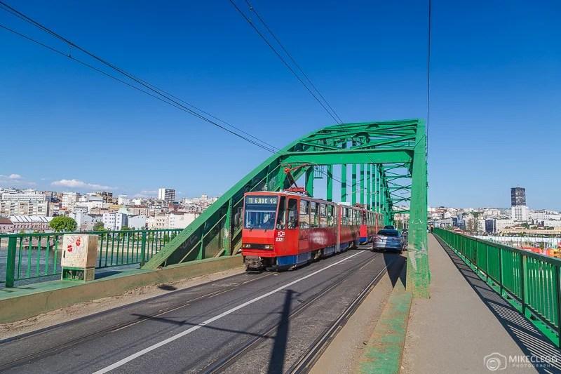 Os bondes ao longo de Zemunski colocam a ponte