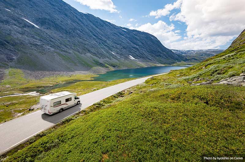 Camper em uma estrada na Europa
