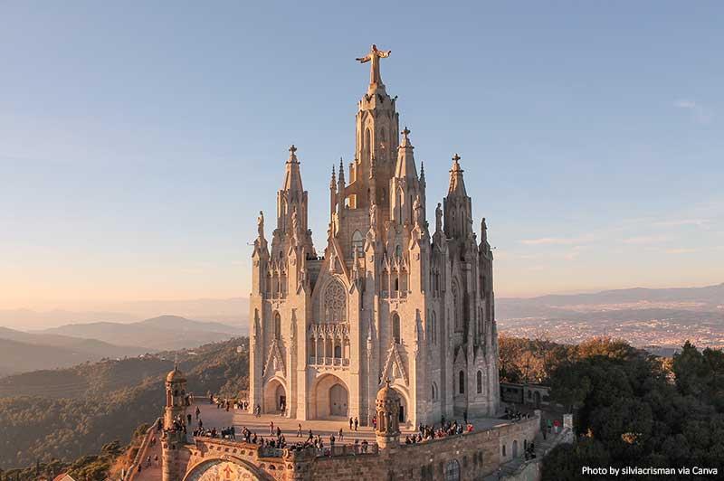 Igreja do Sagrat Cor em Barcelona ao pôr do sol