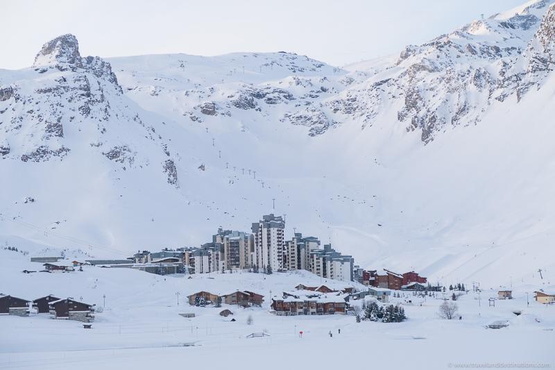 Estâncias de esqui entre as montanhas no inverno