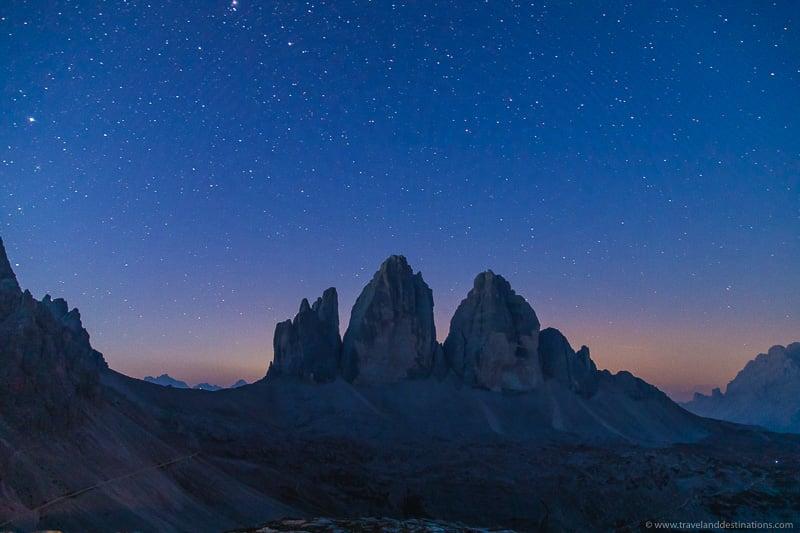 Tre Cime di Lavaredo à noite com estrelas