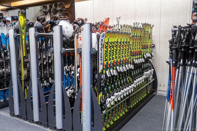 Equipamento em uma loja de aluguel de esqui