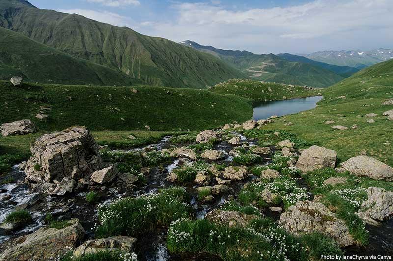Lago Abudelauri perto da cordilheira Chaukhi