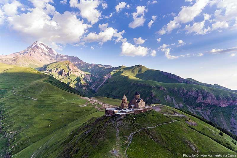 Igreja da Trindade Gergeti e montanhas na Geórgia