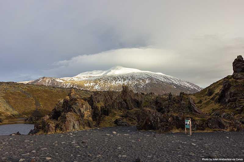 Praia de Djúpalónssandur com Snæfellsjökull ao fundo